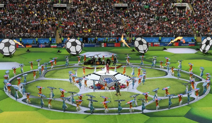 Robbie Williams faz gesto obsceno em cerimônia de abertura da Copa do Mundo.