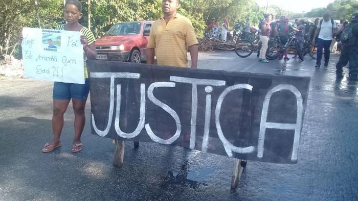 Moradores de Coroa Vermelha bloqueiam a BR-367 em protesto pelo desaparecimento de jovem.