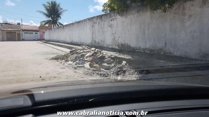 Moradores do bairro Nova Cabrália, colocam podas e entulhos no meio das ruas