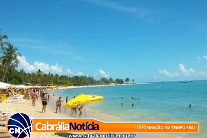 Praias lotadas e forte calor no primeiro domingo de verão em Santa Cruz Cabrália