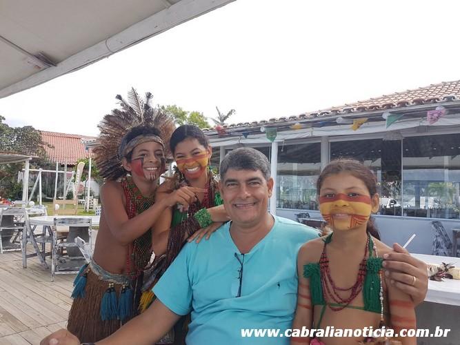 Prefeito recebe o carinho das crianças indígenas