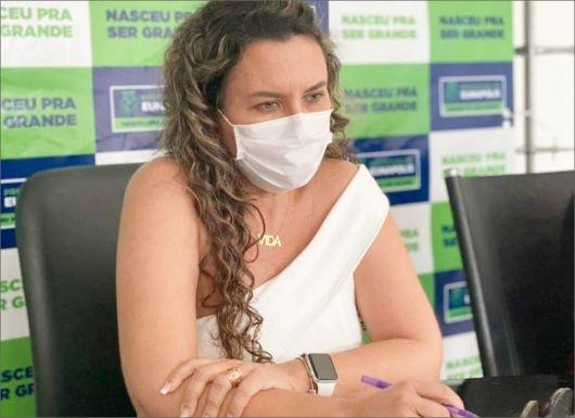 A chegante Cordélia, quer ser a presidente da policlínica.
