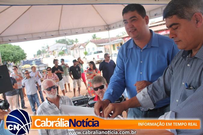 Fazendo história: Agnelo Santos assina ordem de serviço para calçamento em Ponto Central