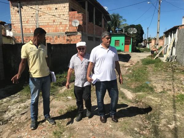 Prefeito Agnelo visita ruas no bairro campinho em condições deploráveis