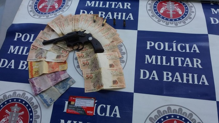 PM prende dois indivíduos portando arma de fogo na balsa De Cabrália.