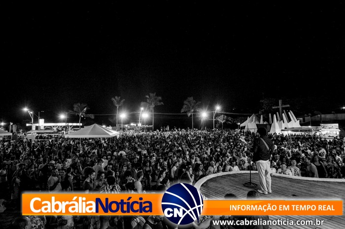 Praça lotada agita baianos e turistas na primeira noite de festa do réveillon em Cabrália