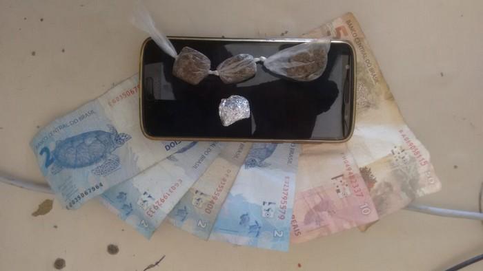 Polícia Militar prende dois homens a serviço do tráfico de drogas em Cabrália.