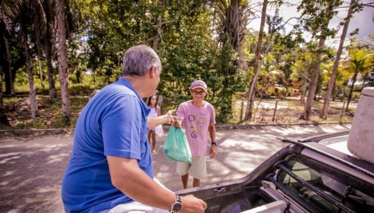 Prefeito Agnelo Santos mantém a tradição e entrega 2 toneladas de peixe as famílias carentes de Santa Cruz Cabralia