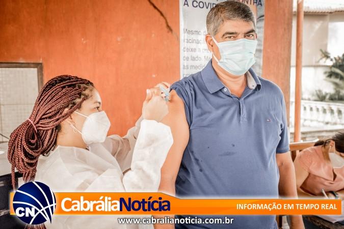 Prefeito de Santa Cruz Cabrália é imunizado contra a COVID-19
