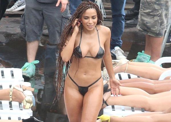 Anitta grava clipe na favela com biquíni de fita isolante