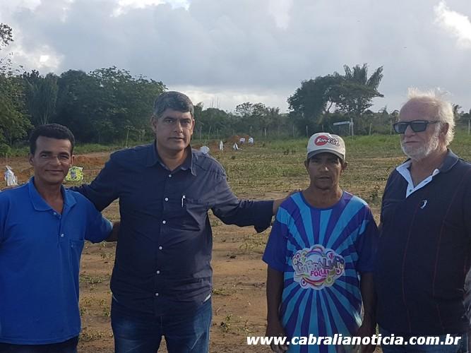 Prefeito e secretario visitam cemitério no bairro Geraldão.