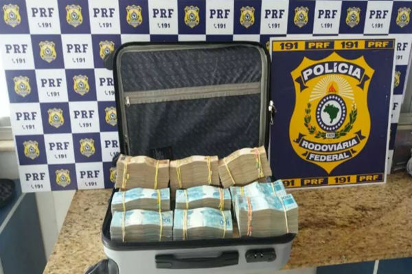 Polícia acha R$ 700 mil em mala transportada em ônibus