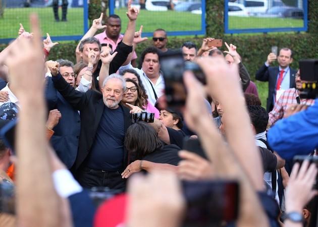 Ex-presidente cai nos braços do povo após 580 dias de prisão