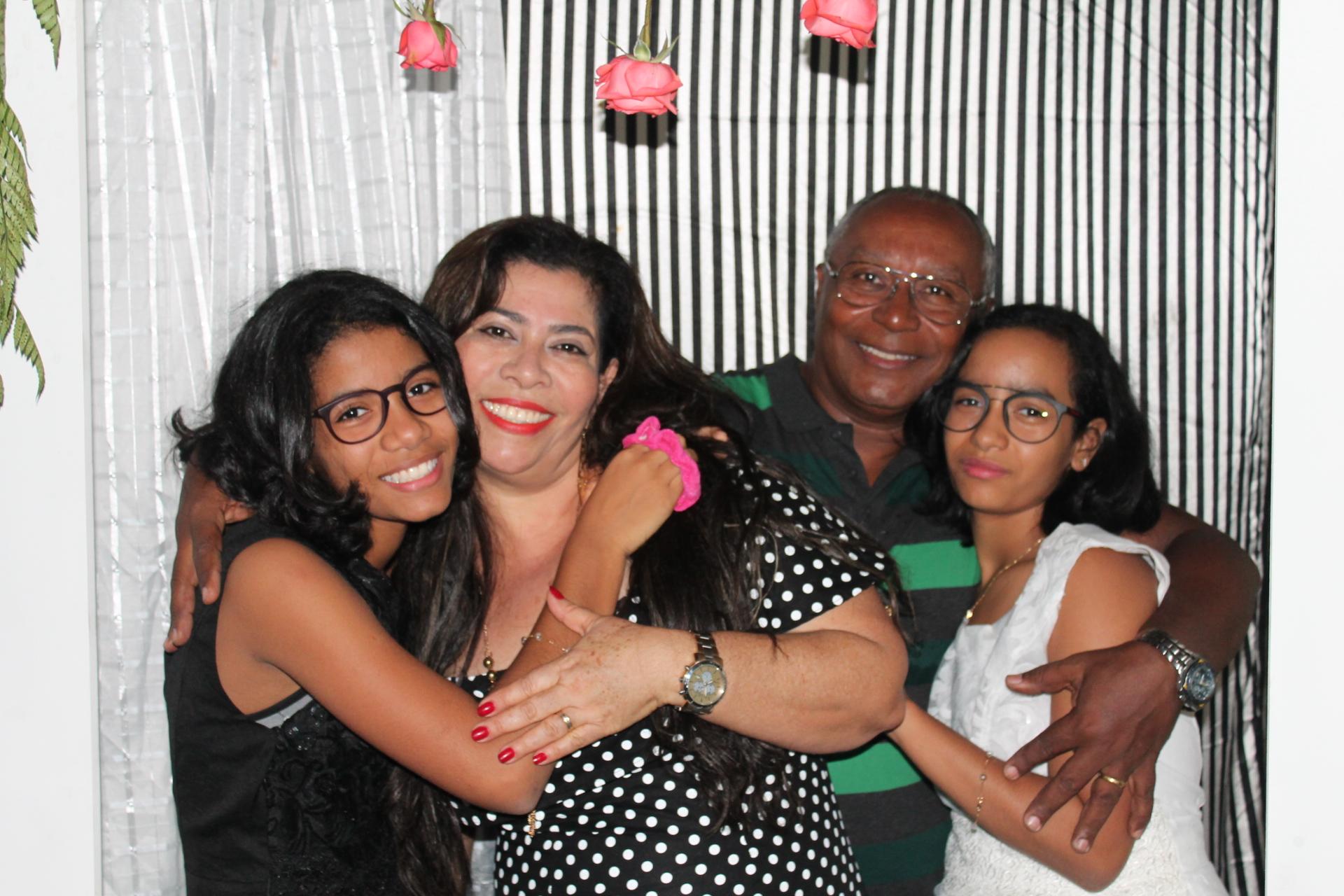 Pais orgulhosos das filhas gêmeas Comemoram aniversário