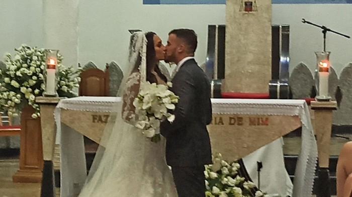 Um lindo casamento com muito verde e rosas brancas: Larissa Oliveira e João Gabriel disseram sim em uma noite especial