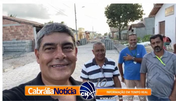 PAVIMENTAÇÃO: Prefeito Agnelo visita obras no bairro Geraldão
