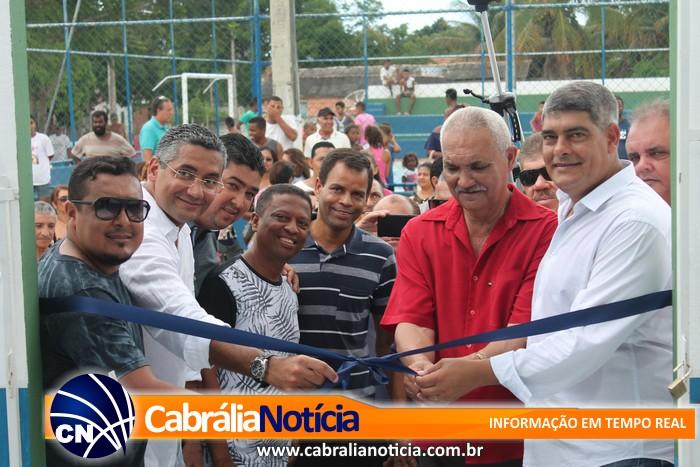 Prefeito entrega reforma do PSF e quadra esportiva no bairro da Tânia