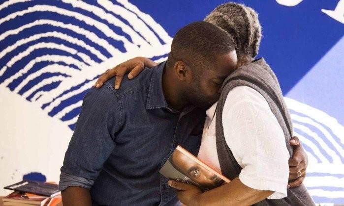 Professora negra emociona Lázaro Ramos em debate sobre racismo